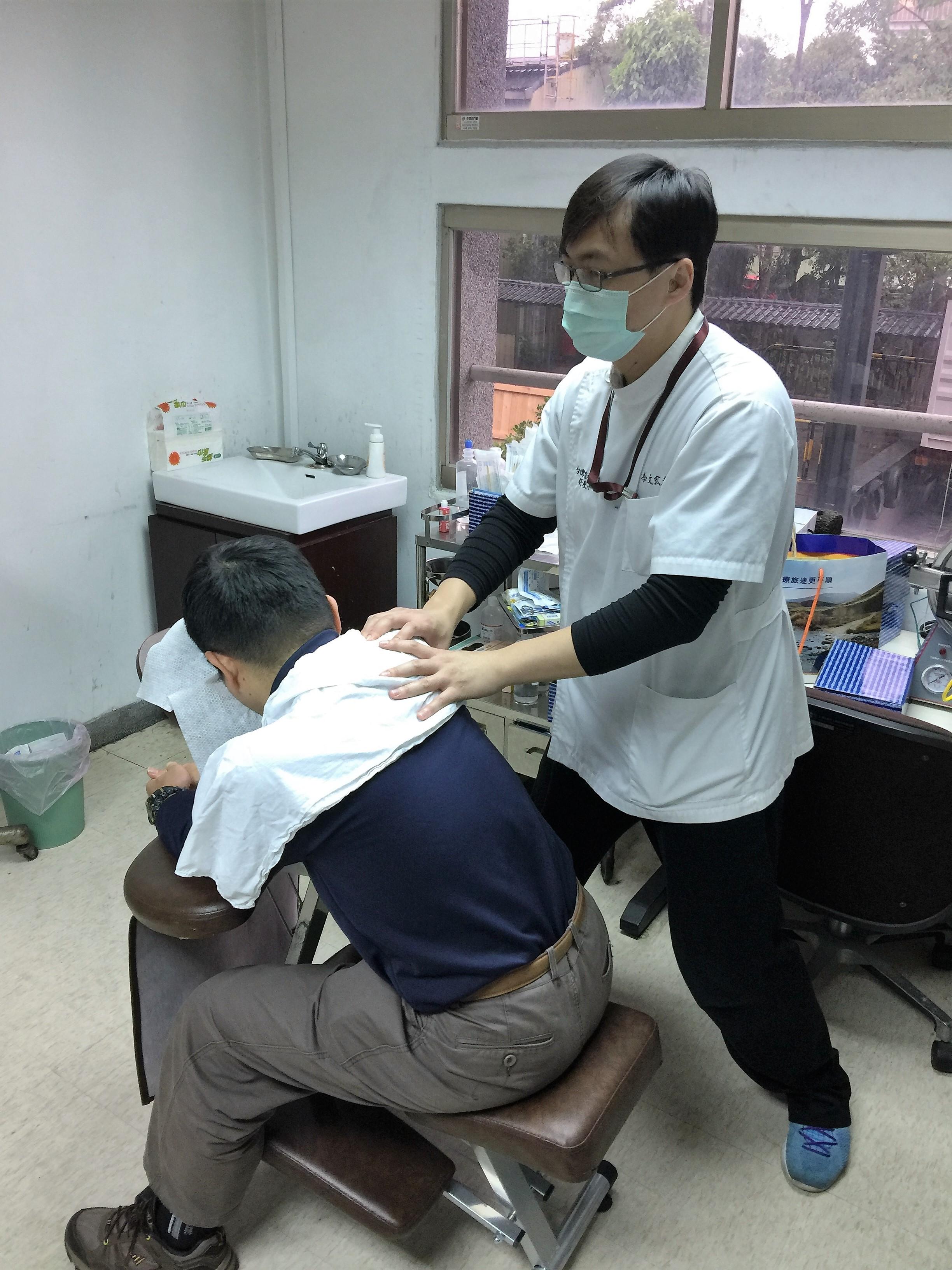 台灣復盛股份有限公司員工紓壓照片-李文宏按摩師