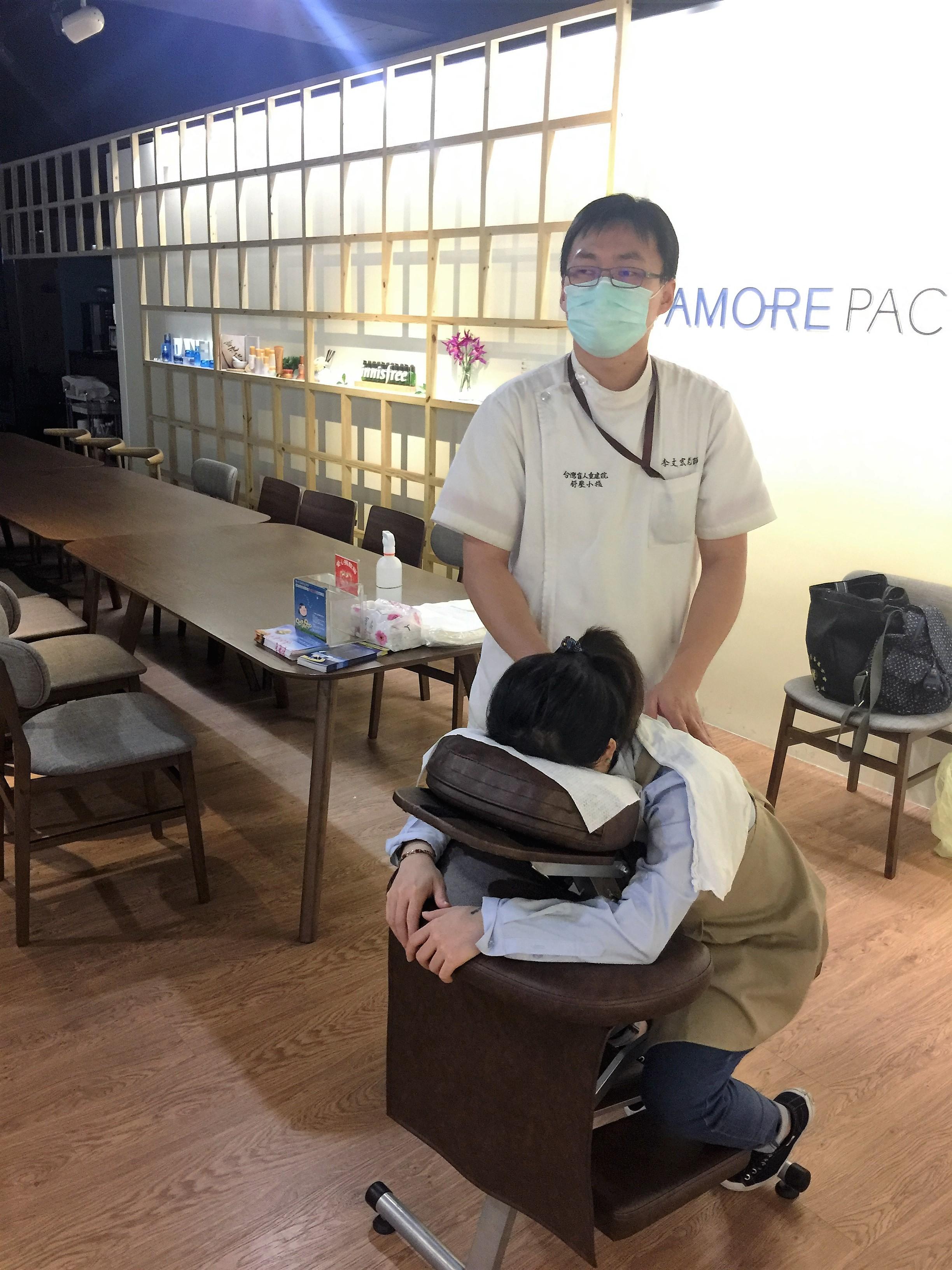 愛茉莉太平洋股份有限公司員工紓壓照片-李文宏按摩師