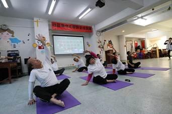 放鬆延展瑜珈班帶來的瑜珈表演