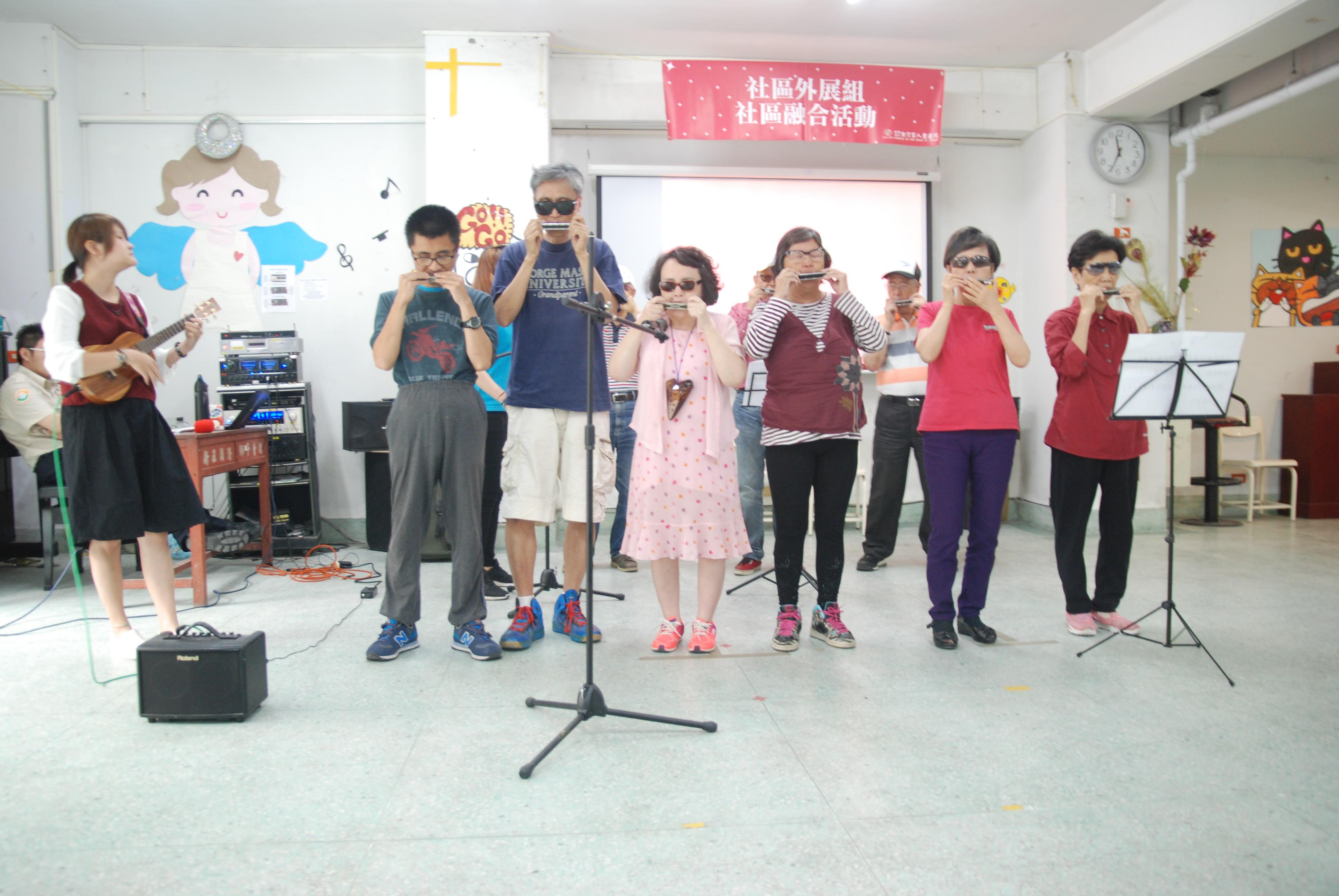 悠揚口琴班與老師一同合奏「茉莉花」與「歡樂年華」