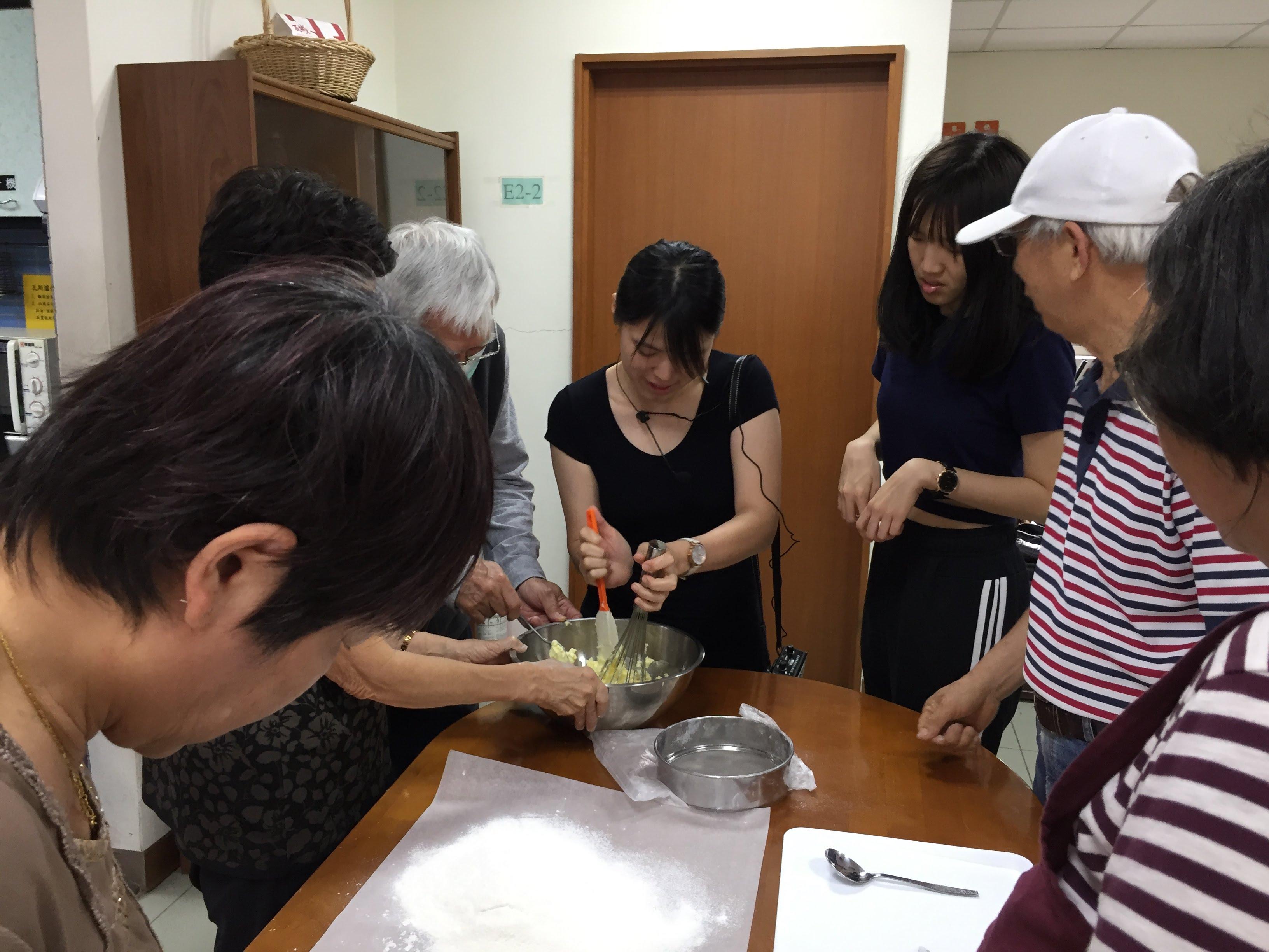 甜點老師透過示範與講述,讓學員學習麵糰攪拌的技巧