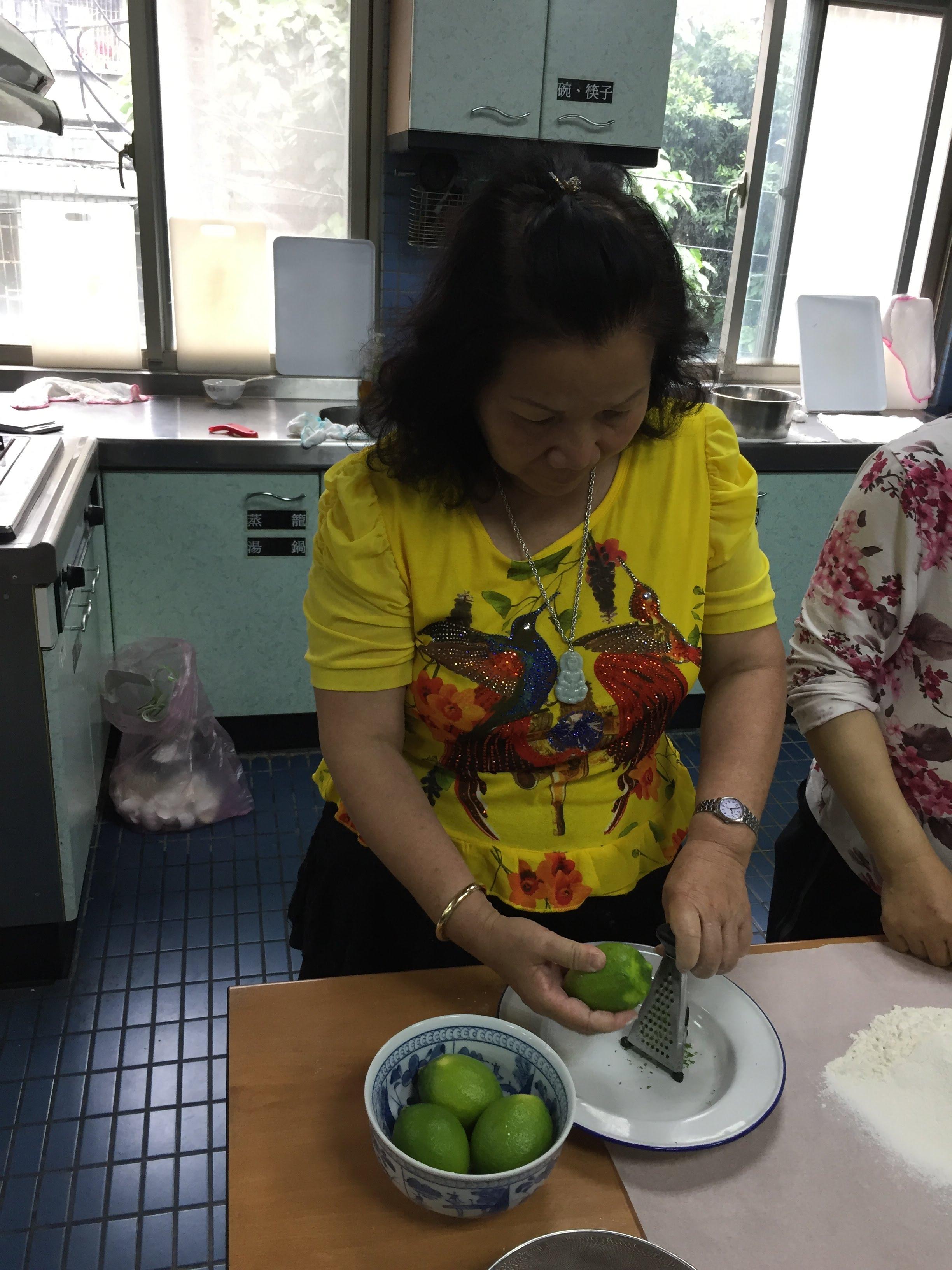 學員將器材定位於盤子上,並將檸檬皮外層削至此中