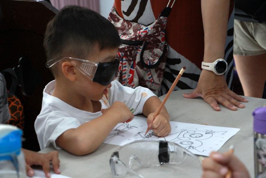 小朋友帶視覺模擬眼鏡懵懵懂懂的可愛模樣