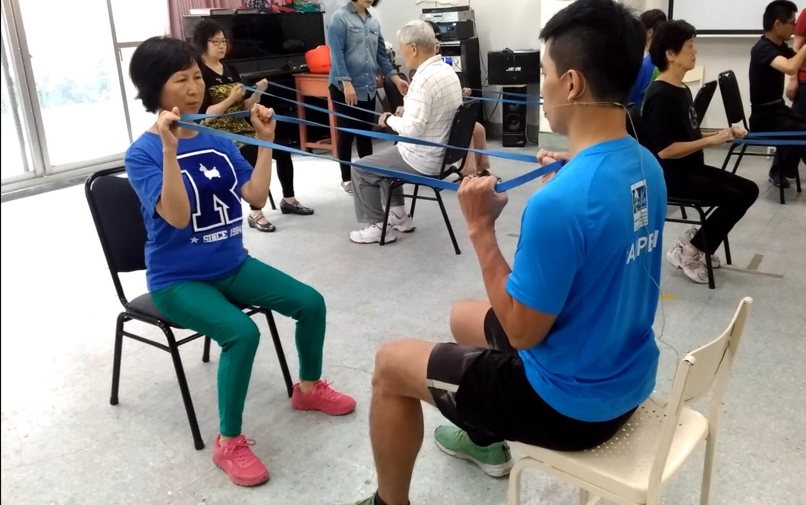 參加活力健康有氧班時,與老師進行肌力訓練