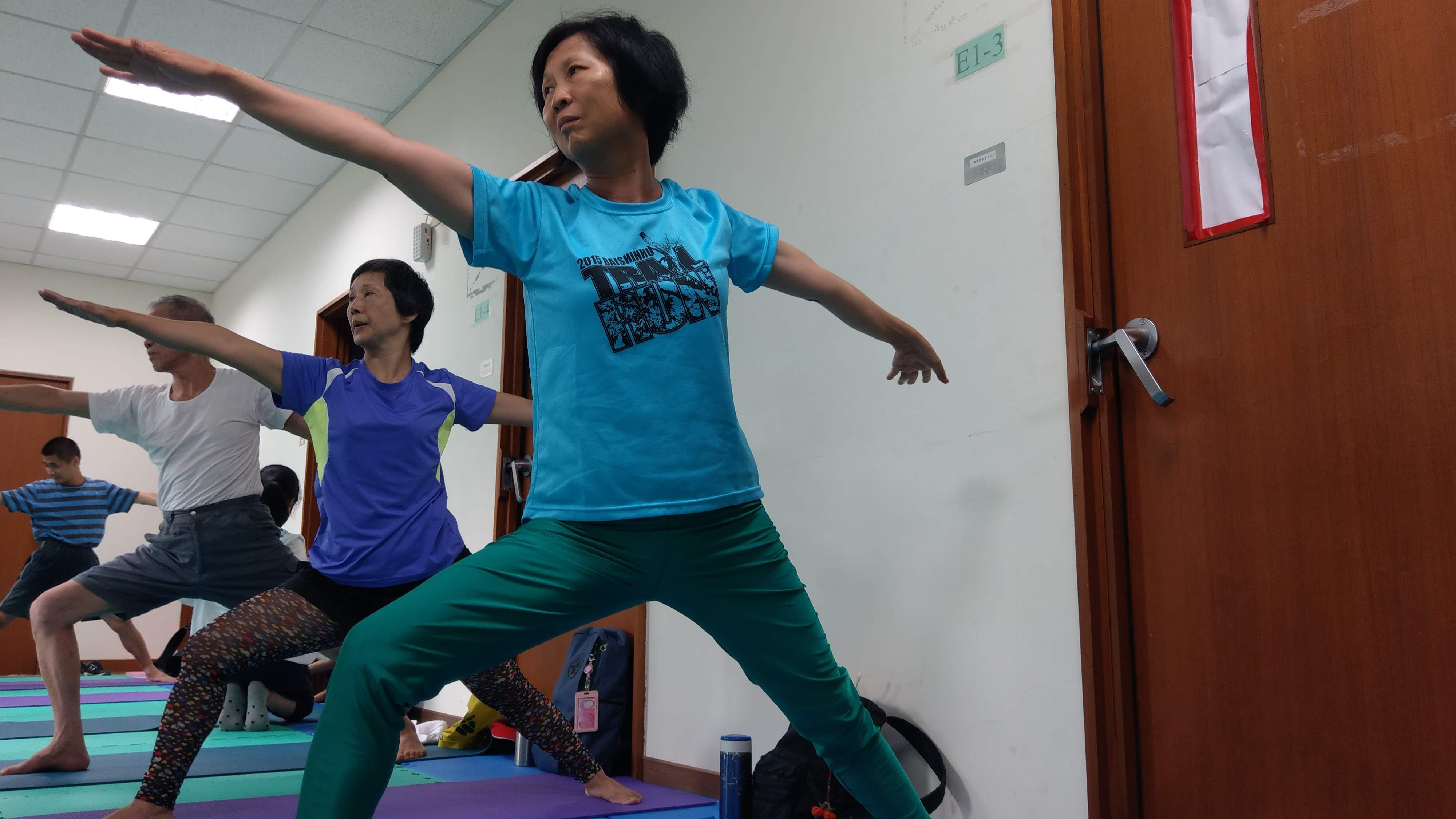 小英聽從老師指令,專心的做瑜珈動作