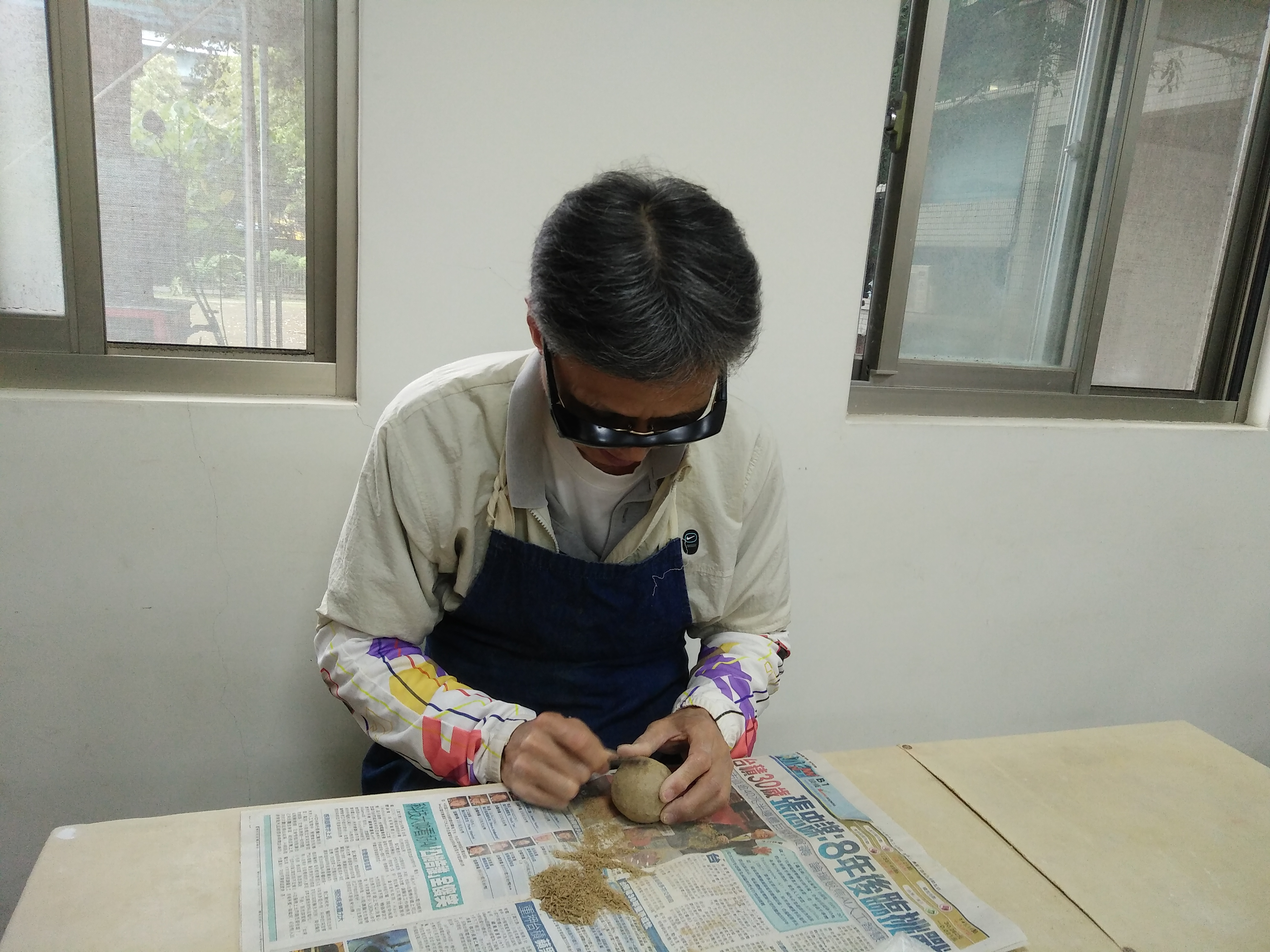 在陶藝課程上製做茶壺。