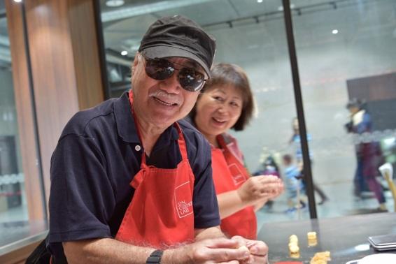 志工與參加者製作鳳梨酥的過程