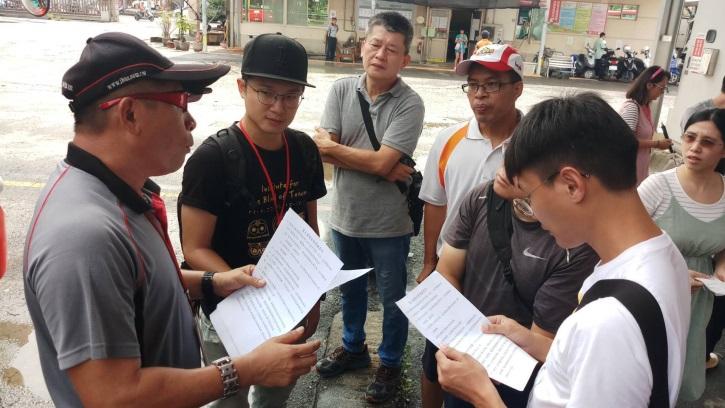 公車教練與定向老師解說體驗活動進行方式並討論如何讓司機更快速的注意到視障者