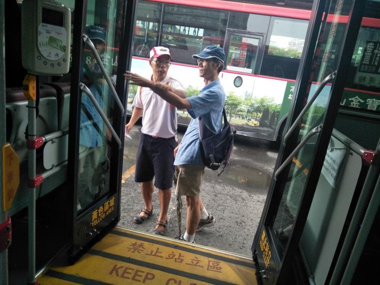 定向老師向視障者解說公車門的構造與寬度
