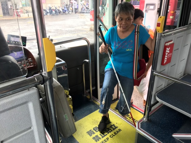 視障者練習低地板公車的上車方式