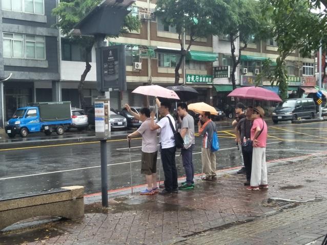 模擬情境:站在路邊站牌等待公車