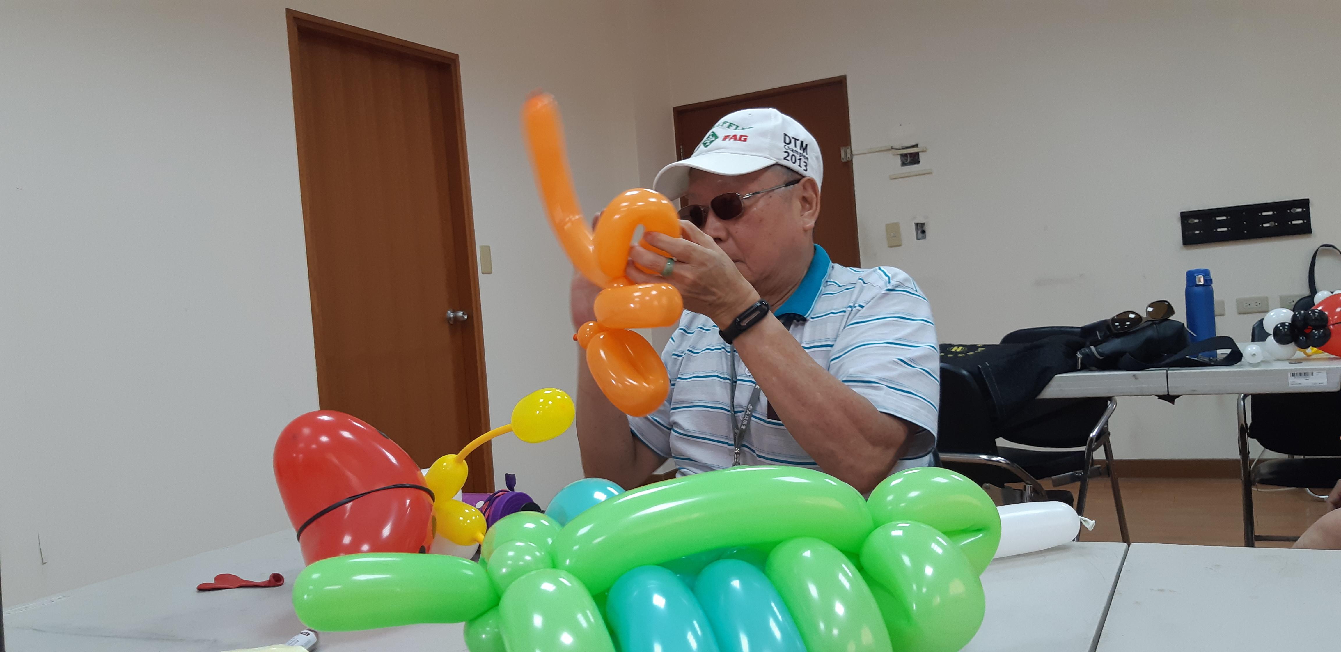 在造型氣球課程中專心聽老師口令,摺出不同形狀的氣球