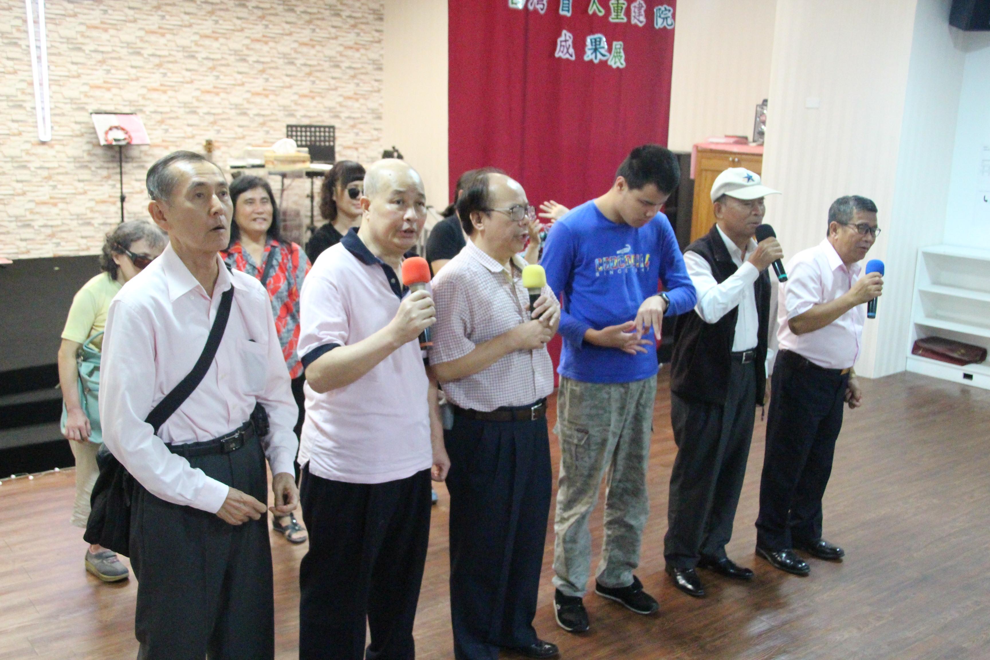 阿榮出席重建院歌唱班成果展並上台分享歌曲