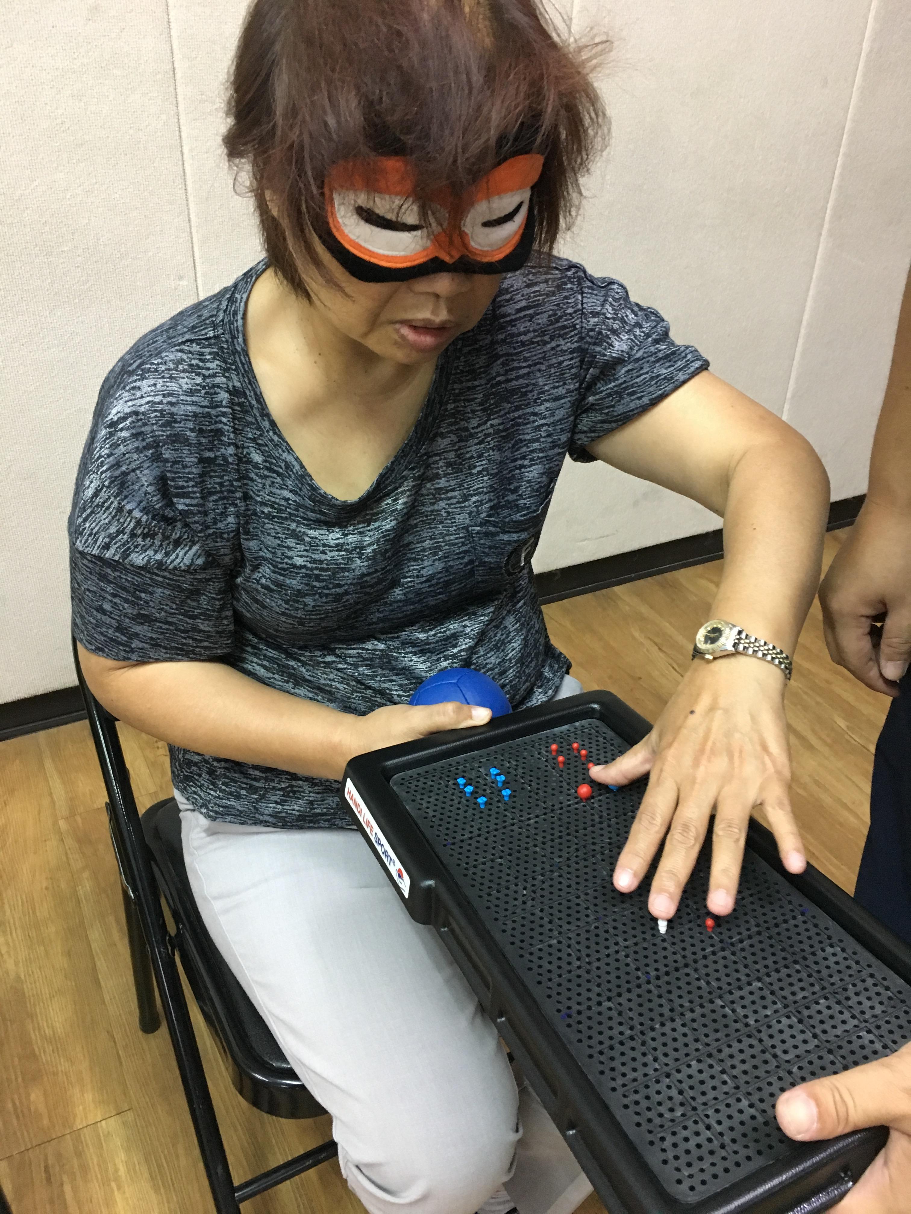 蒙眼觸摸觸覺板找尋球的位置