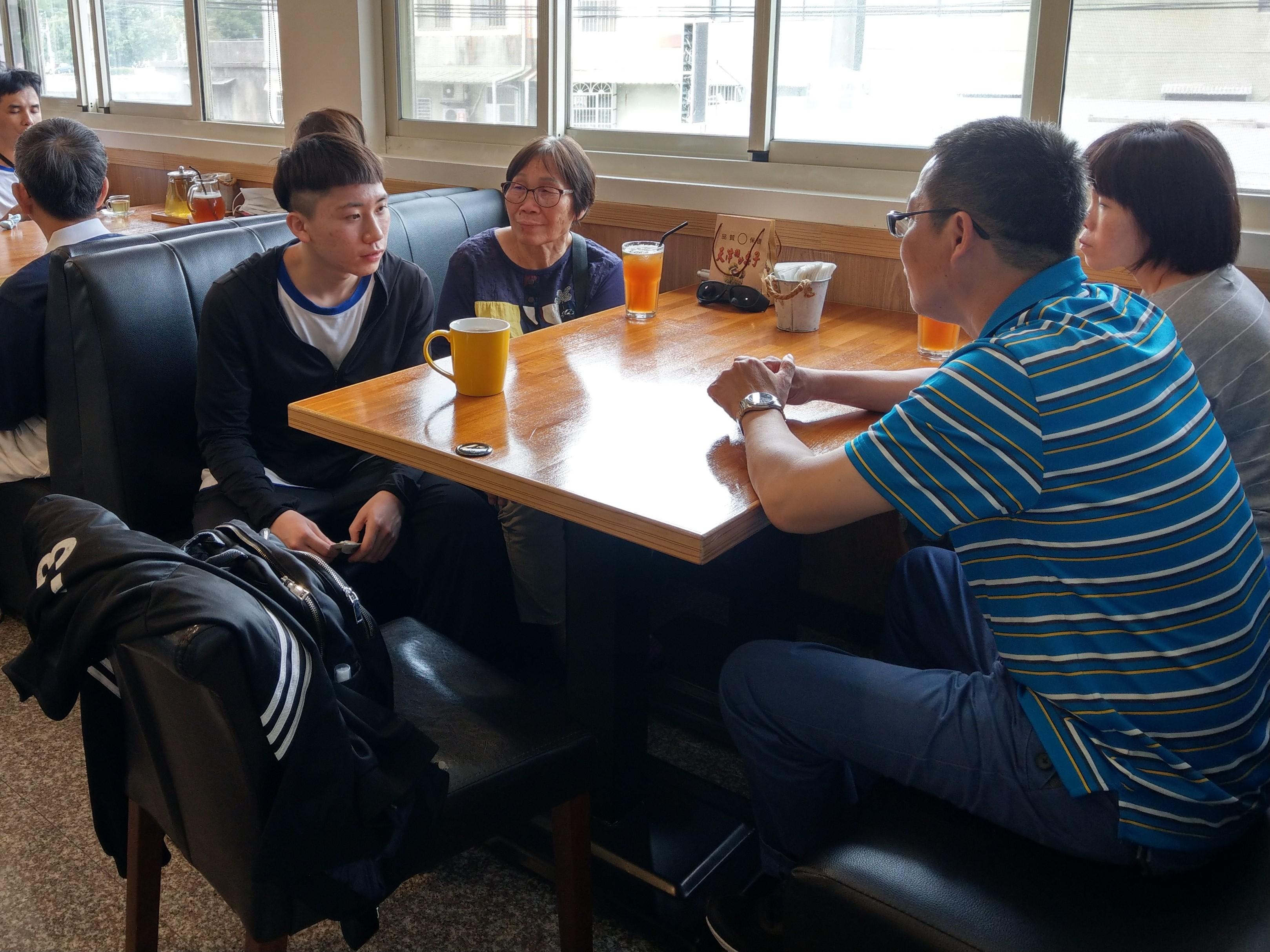 浩浩和家人用餐