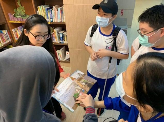 同學倆倆互助觸摸及閱讀雙視書籍,一起來共讀!