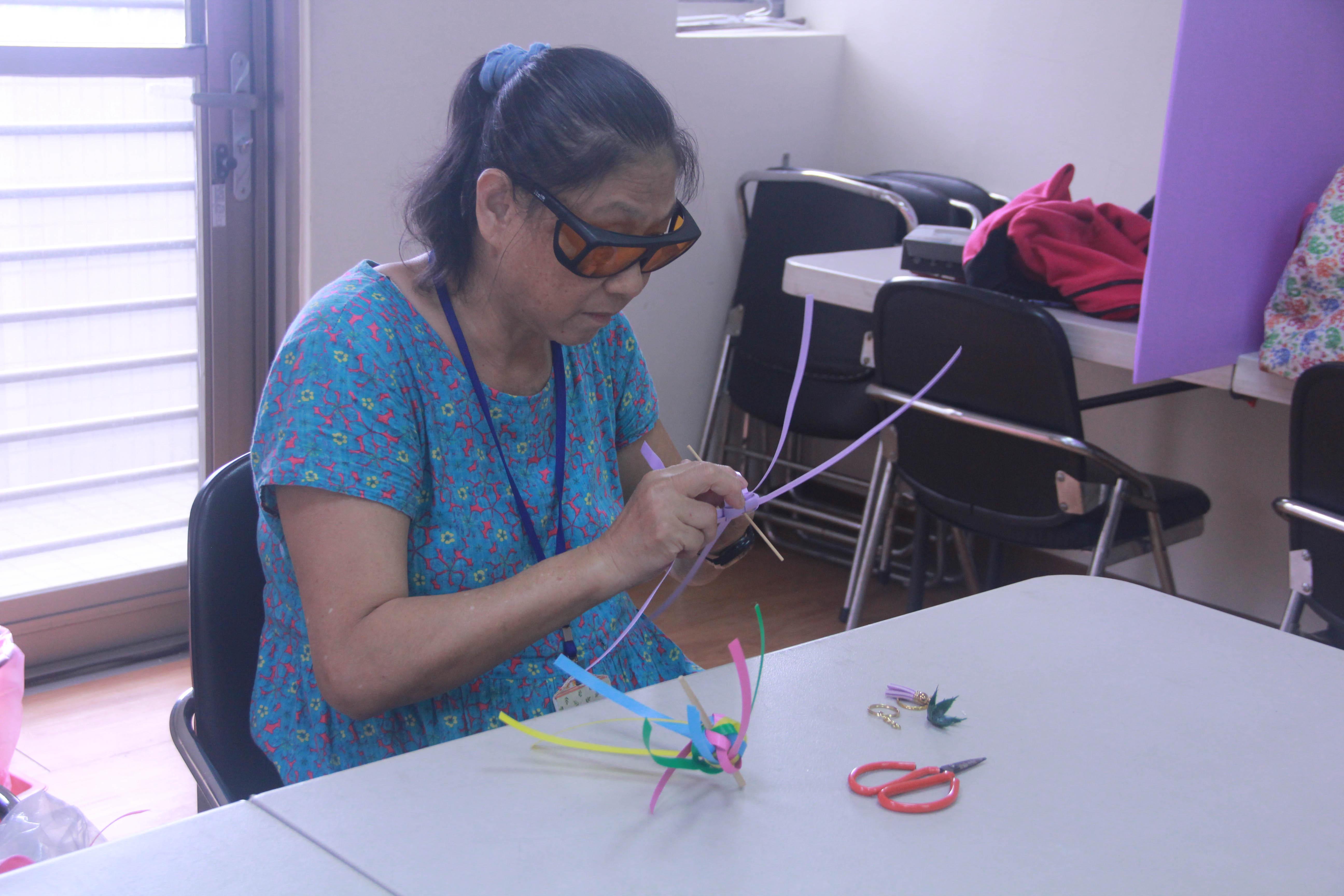 編織課認真的學習鳳梨吊飾製作